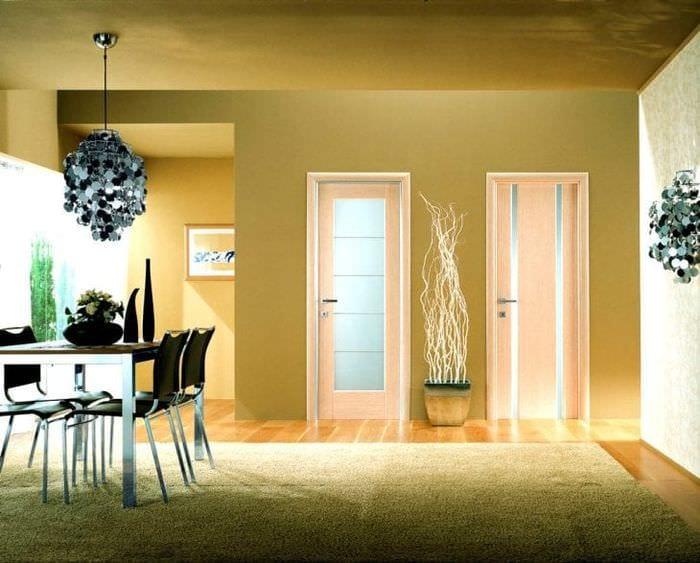 темные двери в дизайне коридора