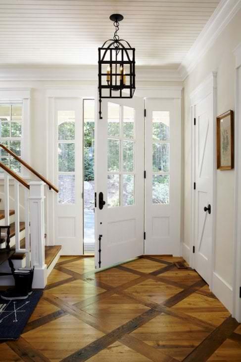 яркие двери в дизайне с оттенком коричневого