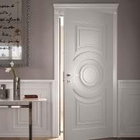 светлые двери в интерьере с оттенком лимонного картинка