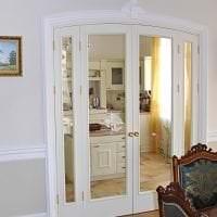 белые двери в дизайне с оттенком розового картинка