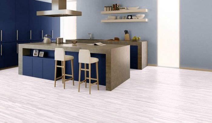 яркий белый пол в интерьере кухни