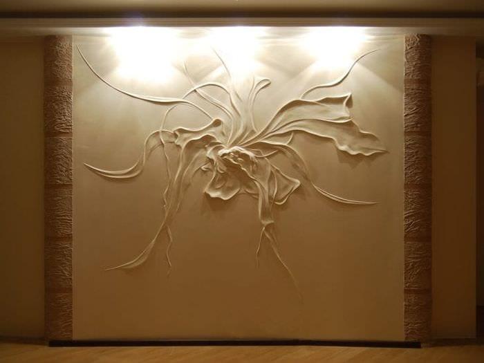 необычный декор коридора с барельефом