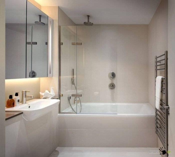 необычный дизайн ванной комнаты с душем в темных тонах