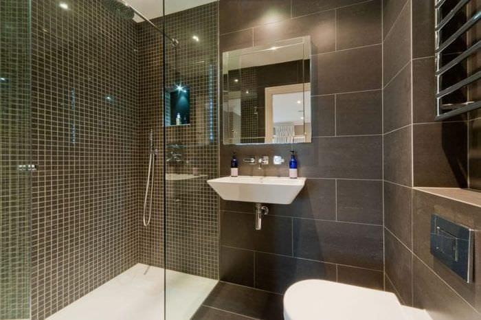яркий декор ванной комнаты с душем в темных тонах