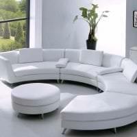 светлый диван в интерьере комнаты фото