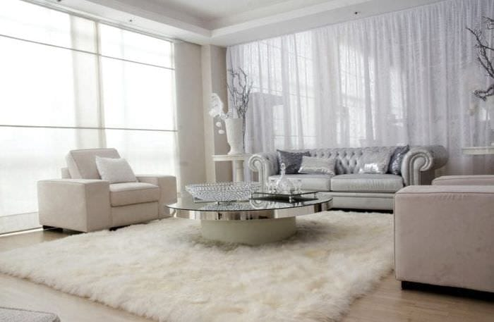 белый диван в дизайне гостиной