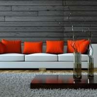яркий диван в дизайне комнаты картинка