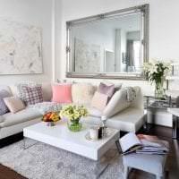 белый диван в дизайне комнаты картинка