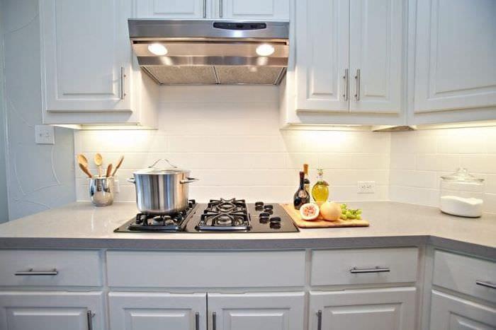 светлый дизайн белой кухни с оттенком розового