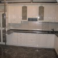 яркий интерьер белой кухни с оттенком бежевого фото