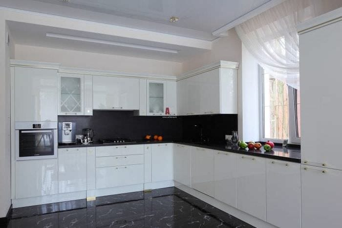 яркий стиль белой кухни с оттенком песочного