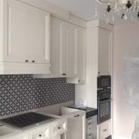 красивый интерьер белой кухни с оттенком зеленого фото