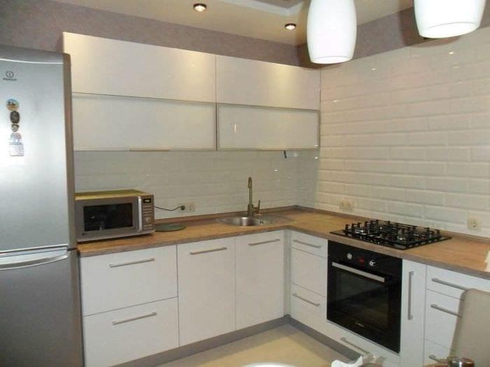 яркий стиль белой кухни с оттенком серого