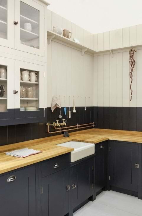 светлый интерьер бежевой кухни в стиле классика