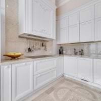 светлый дизайн бежевой кухни в стиле классика фото