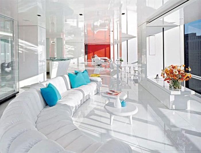 светлый дизайн гостиной в белых тонах
