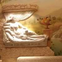 светлый стиль спальни с барельефом картинка