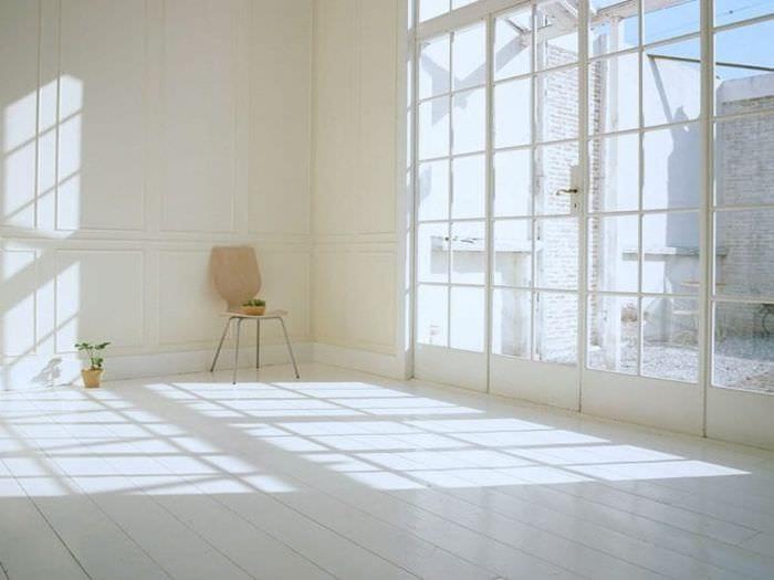 яркий интерьер квартиры в белых тонах