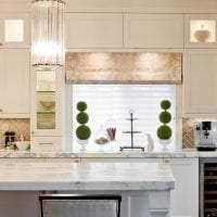 красивый фартук из плитки маленького формата с рисунком в декоре кухни фото
