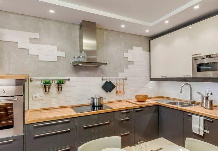 яркий фартук из плитки большого формата с изображением в интерьере кухни
