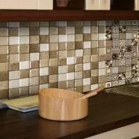 светлый фартук из плитки маленького формата с изображением в интерьере кухни картинка