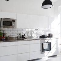 красивый фартук из плитки большого формата с рисунком в стиле кухни фото