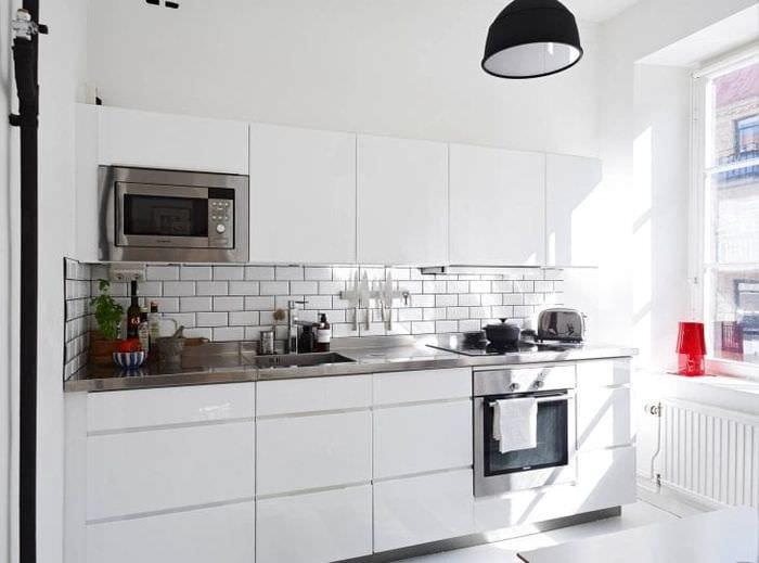 светлый фартук из плитки маленького формата с изображением в стиле кухни