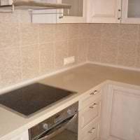 яркий фартук из плитки стандартного формата с изображением в дизайне кухни картинка