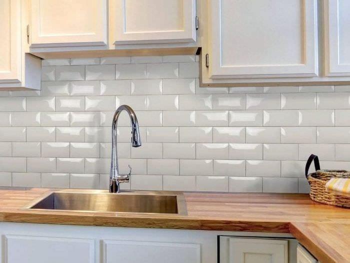 красивый фартук из плитки большого формата с рисунком в декоре кухни