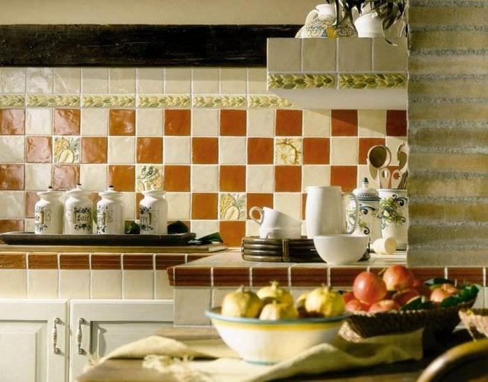 яркий фартук из плитки стандартного формата с изображением в интерьере кухни