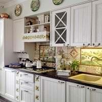красивый фартук из плитки стандартного формата с рисунком в декоре кухни картинка