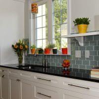 красивый фартук из плитки маленького формата с рисунком в интерьере кухни фото