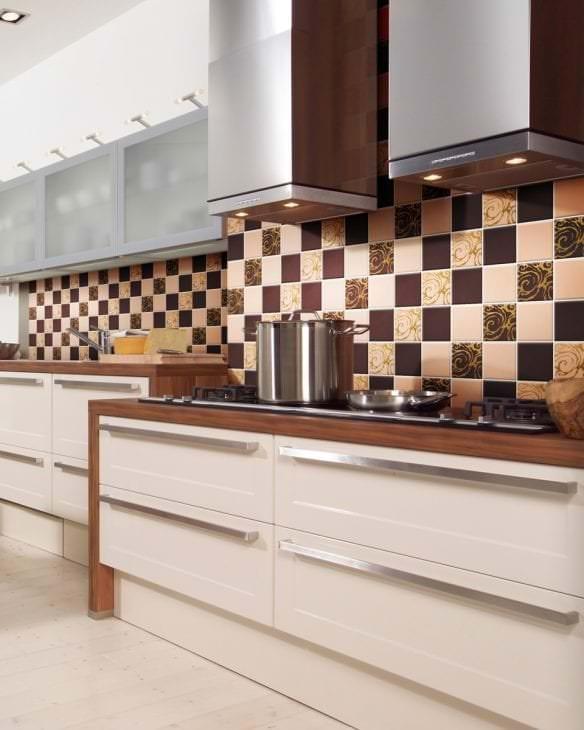 яркий фартук из плитки маленького формата с рисунком в дизайне кухни