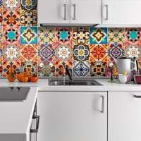 яркий фартук из плитки большого формата с изображением в декоре кухни фото