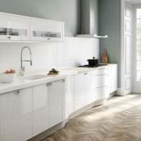 светлый фартук из плитки стандартного формата с изображением в декоре кухни фото