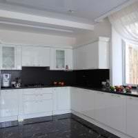 яркий стиль белой кухни с оттенком бежевого картинка