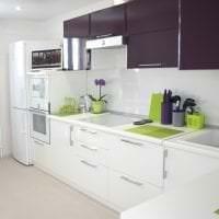 красивый интерьер белой кухни с оттенком бежевого фото