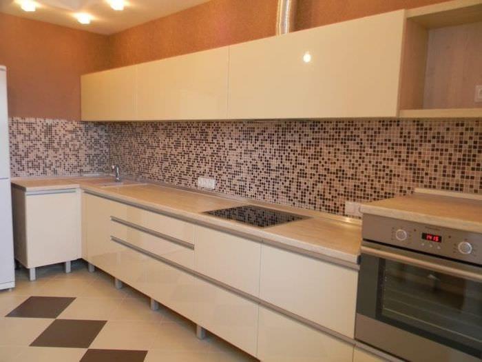 яркий интерьер бежевой кухни в стиле кантри