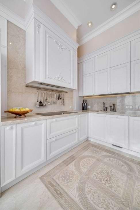 светлый дизайн бежевой кухни в стиле классика