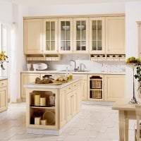 красивый дизайн бежевой кухни в стиле классика картинка