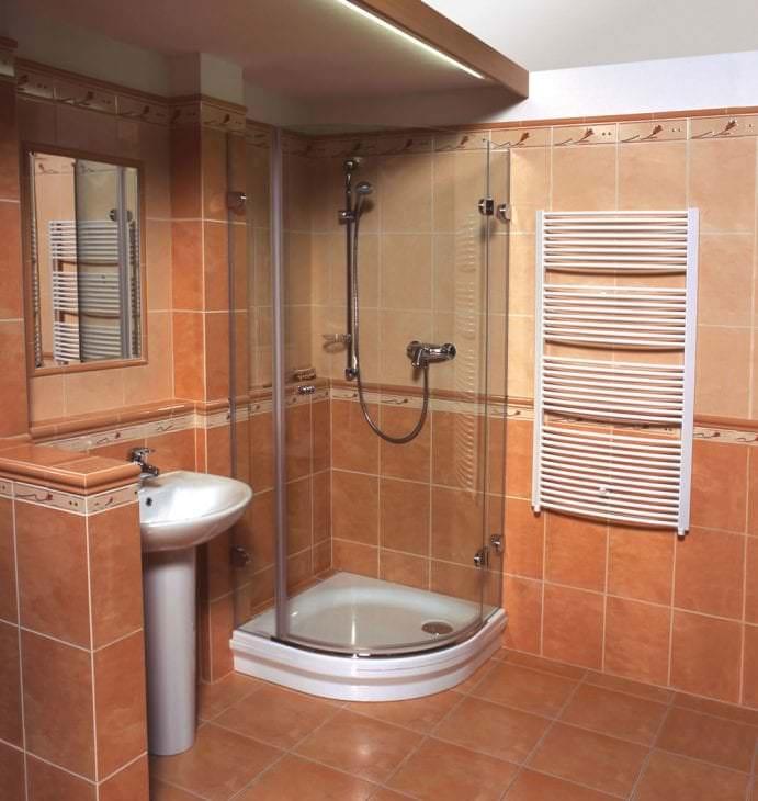 красивый стиль ванной комнаты с душем в темных тонах