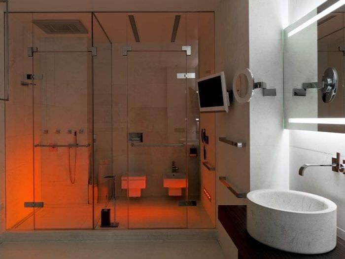 яркий стиль ванной комнаты с душем в ярких тонах