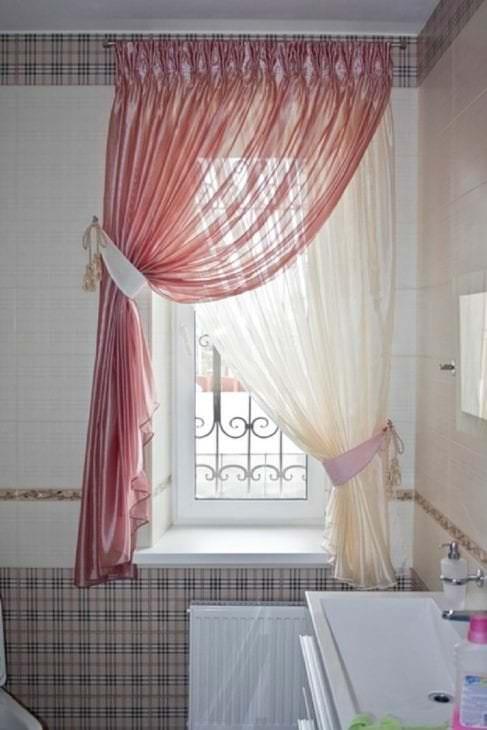 светлый хлопковый тюль в интерьере комнаты