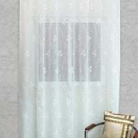 светлый шелковый тюль в интерьере гостиной фото
