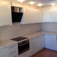 светлый дизайн белой кухни с оттенком песочного картинка