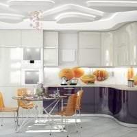 яркий дизайн белой кухни с оттенком серого картинка
