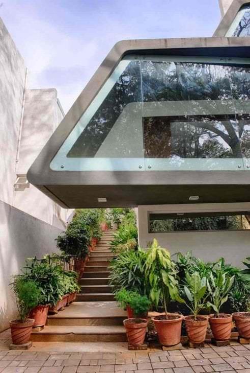 необычный интерьер дома в архитектурном стиле