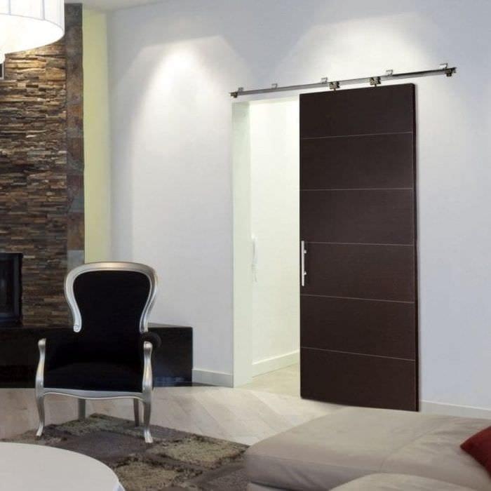 темные двери в дизайне квартиры из сосны