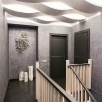 темные двери в дизайне коридора из сосны картинка