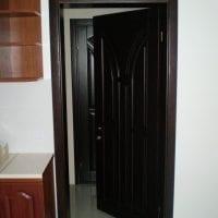 темные двери в декоре дома из дуба картинка
